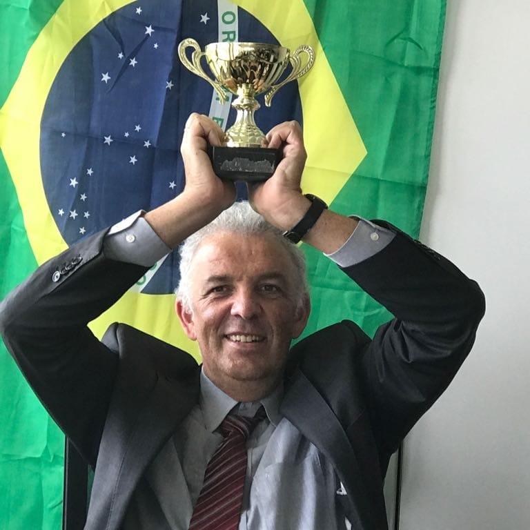 Chef mit Pokal